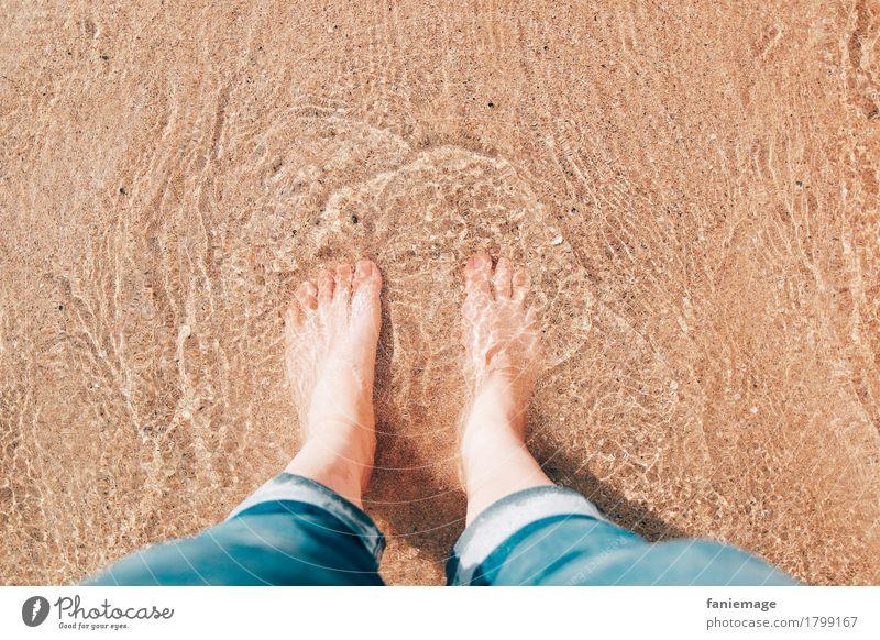 soft water Mensch feminin Körper Beine Fuß Schwimmen & Baden stehen Strand Kühlung Erfrischung Jeansstoff hochkrempeln Wellen seicht Zehen Wasser Meer