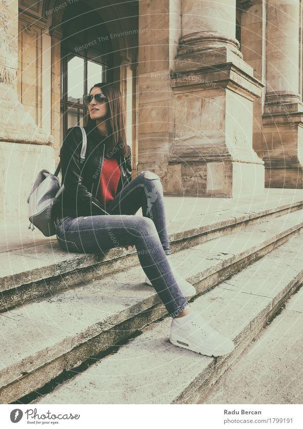Junges schönes Mädchen, das in der Herbst-Ausstattung aufwirft Mensch Frau Jugendliche Stadt blau Junge Frau weiß rot Freude 18-30 Jahre schwarz Erwachsene