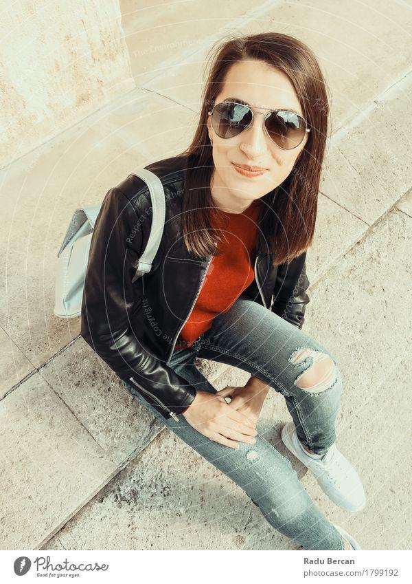 Junges schönes Mädchen, das in der Herbst-Ausstattung aufwirft Mensch Frau Jugendliche Stadt blau Junge Frau rot Freude 18-30 Jahre schwarz Erwachsene Straße