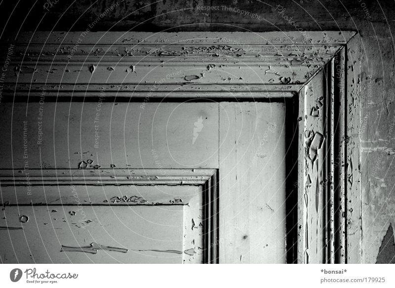 altbau weiß schwarz Wand Holz Mauer Tür Innenarchitektur elegant Design ästhetisch retro Nostalgie Renovieren eckig Ornament
