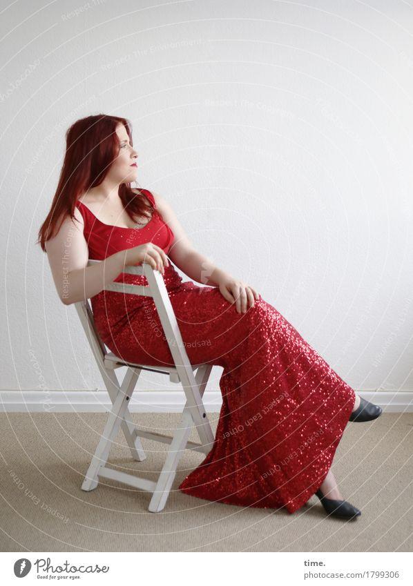 . Stuhl Raum feminin 1 Mensch Kleid rothaarig langhaarig beobachten Denken Blick sitzen warten elegant schön Zufriedenheit selbstbewußt Coolness Willensstärke