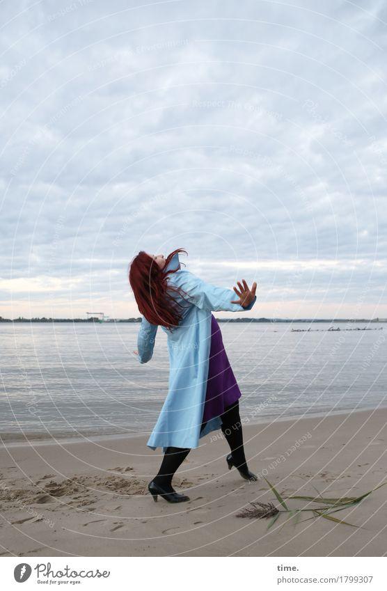 . feminin 1 Mensch Kunst Schauspieler Tanzen Tänzer Himmel Küste Strand Kleid Mantel rothaarig langhaarig Bewegung gehen Blick wandern lustig schön selbstbewußt