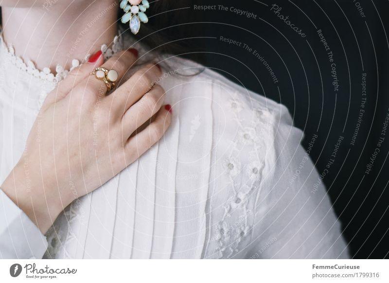 Zart_1799316 elegant Stil schön feminin Junge Frau Jugendliche Erwachsene Mensch 18-30 Jahre Brautkleid Spitze Bluse beige Ring Ohrringe Pastellton Stickereien