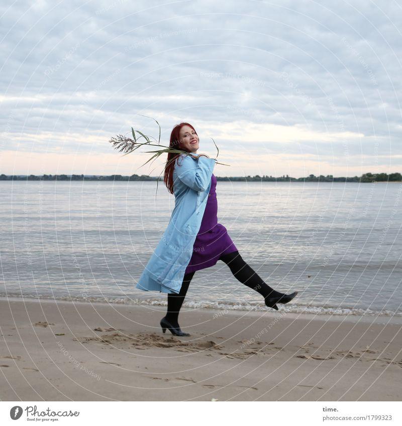 . feminin 1 Mensch Schauspieler Tanzen Landschaft Pflanze Küste Flussufer Strand Kleid Mantel rothaarig langhaarig beobachten gehen lachen Blick schön