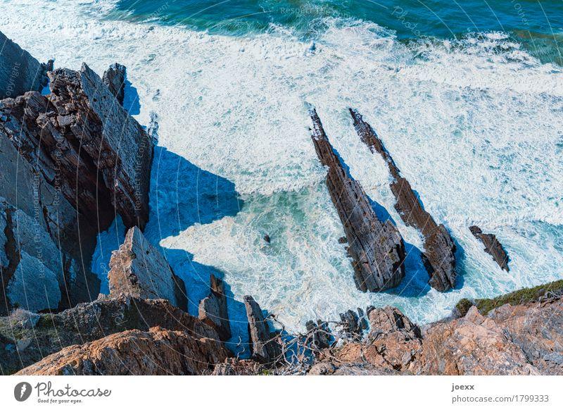 \\ Natur Wasser Felsen Wellen Küste Meer Atlantik gigantisch groß hoch nass trocken blau braun weiß bizarr chaotisch Praia Grande Klippe Gischt Am Rand Farbfoto
