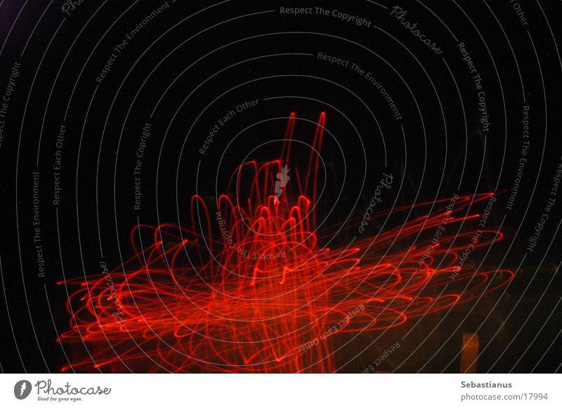 Rotes Kreuz rot Fahrzeugbeleuchtung Rücklicht Langzeitbelichtung Nacht dunkel Rücken