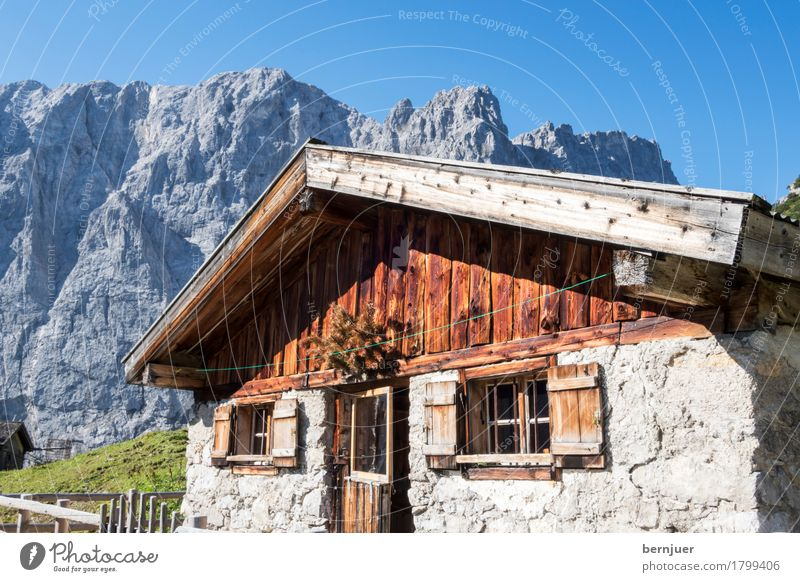 Hütte Sonnenlicht Herbst Wetter Schönes Wetter Felsen Alpen Berge u. Gebirge Gipfel Dorf Haus alt authentisch blau Nostalgie Alm Almhütte Berghütte Felswand