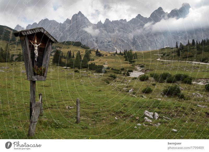 Karwendelkreuz Natur grün Baum Landschaft Wolken dunkel Berge u. Gebirge Umwelt Wege & Pfade Religion & Glaube Wiese Gras Kunst wandern groß Gipfel