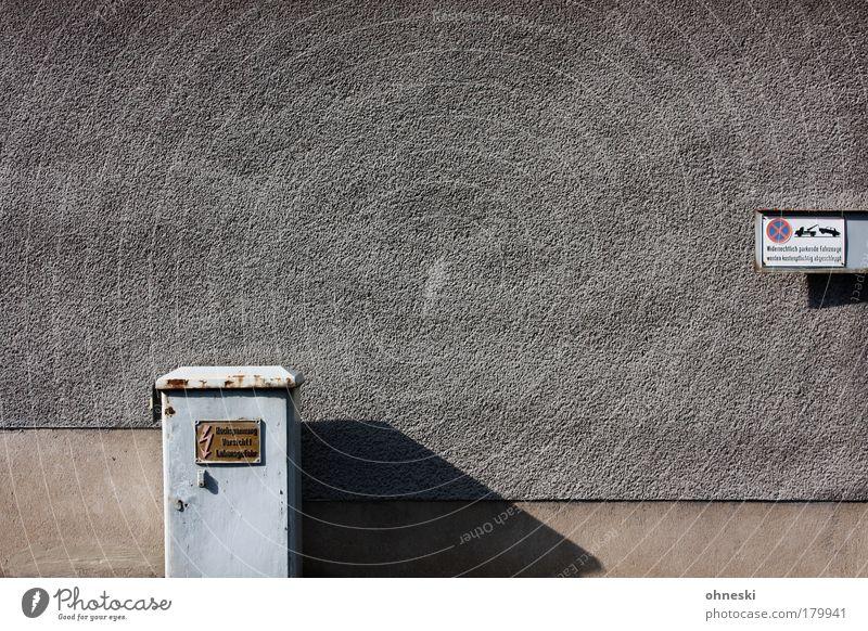 Hinweise Haus Wand grau Mauer Gebäude Architektur Schilder & Markierungen Fassade Energiewirtschaft Elektrizität Schriftzeichen Zeichen Hinweisschild Bauwerk