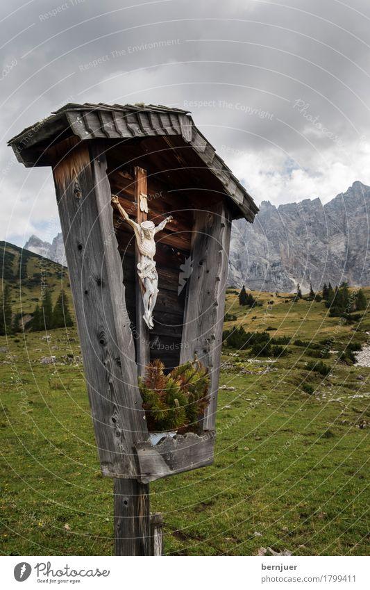 Kruzifix Natur Sommer Landschaft Religion & Glaube Umwelt grau Felsen Feld authentisch Wind Klima bedrohlich Alpen Unwetter Sturm