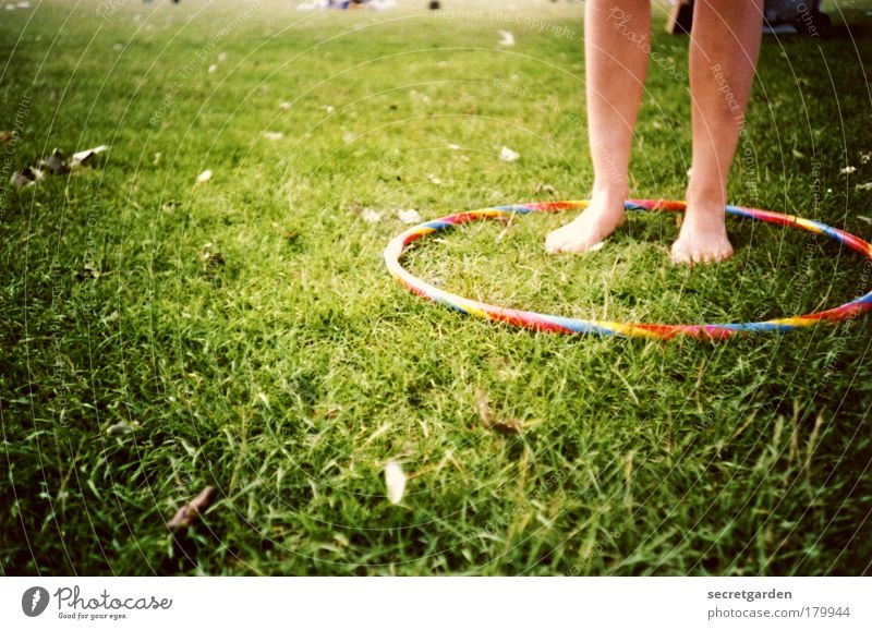 ringkampf. Natur Jugendliche grün Sommer Freude Erholung Umwelt feminin Spielen Gras Garten Beine Fuß Park Junge Frau Kindheit