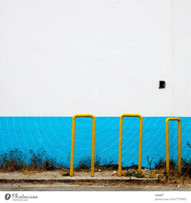 Fahrradständer mehrfarbig Detailaufnahme Menschenleer Textfreiraum oben Starke Tiefenschärfe Zentralperspektive Mauer Wand Fassade Metall authentisch einfach