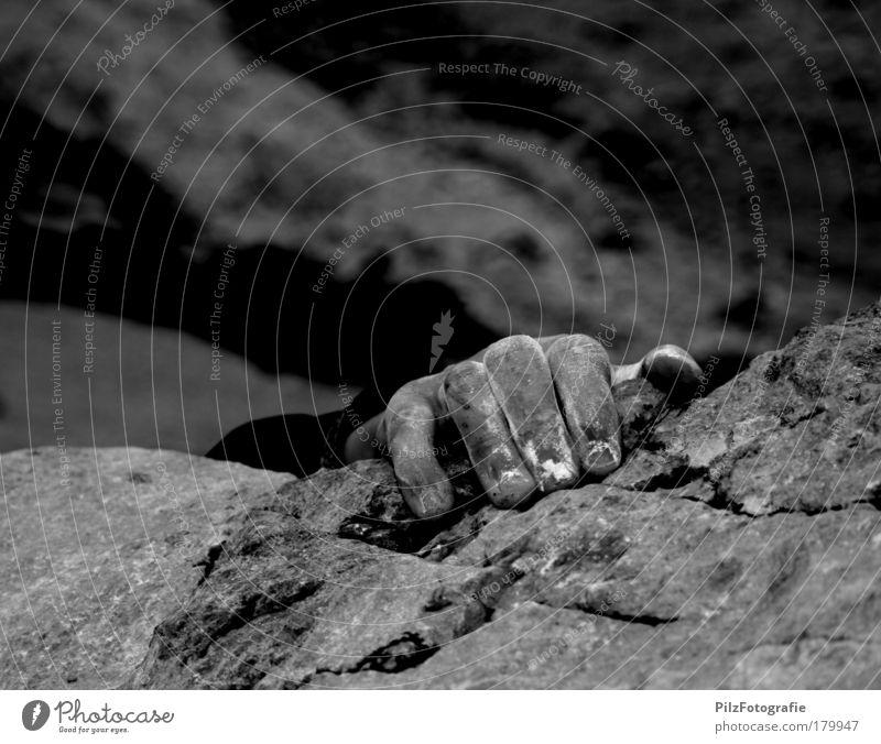 Bangen Schwarzweißfoto Außenaufnahme Menschenleer Textfreiraum oben Abenteuer Ferne Freiheit Berge u. Gebirge Sport Klettern Bergsteigen maskulin Arme Hand