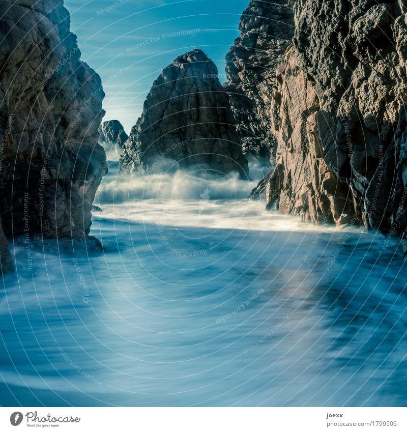 Ursa Natur blau Sommer Wasser weiß Meer Strand Küste braun Felsen Wellen groß Schönes Wetter weich Flüssigkeit gigantisch