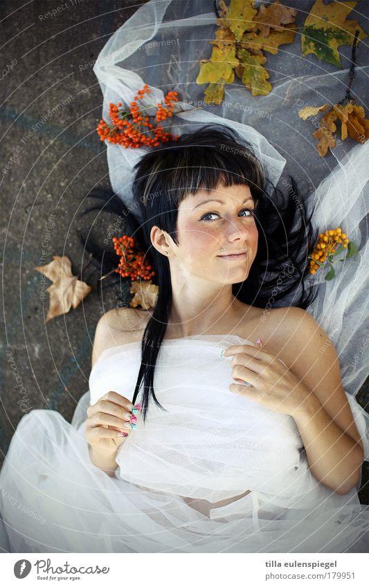 mehr herbst Farbfoto Außenaufnahme Textfreiraum unten Hintergrund neutral Tag Starke Tiefenschärfe Porträt Oberkörper Blick in die Kamera elegant schön