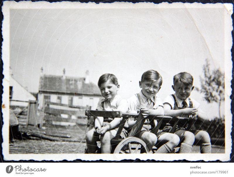 Als die Welt noch in Ordnung war Schwarzweißfoto Außenaufnahme Textfreiraum oben Tag Blick in die Kamera Spielen Kinderspiel Sommer Mensch maskulin Junge