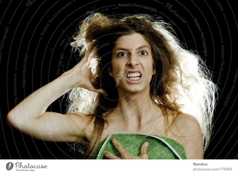 hair day Mensch Jugendliche schön Erwachsene feminin Haare & Frisuren Junge Frau wild 18-30 Jahre Wut skurril chaotisch Verzweiflung Grimasse Irritation Handtuch
