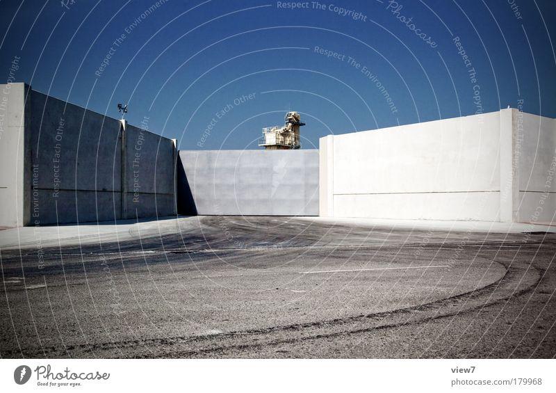 Endgegner Level 2 blau Haus Straße dunkel Wand Stein Mauer Angst dreckig Fassade Beton Platz modern Verkehr authentisch außergewöhnlich
