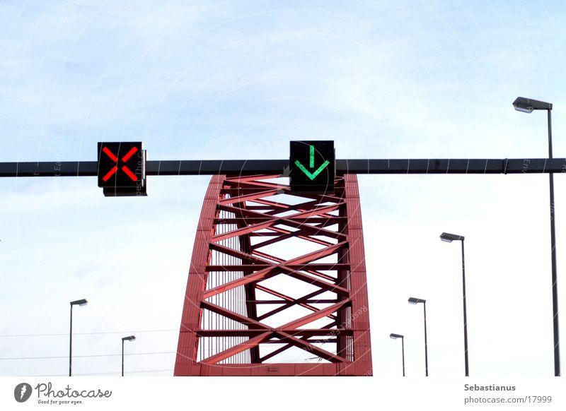 Brücke der Solidarität Verkehrszeichen Laterne Duisburg Rhein Fluss Pfeil grün Kreuz rot