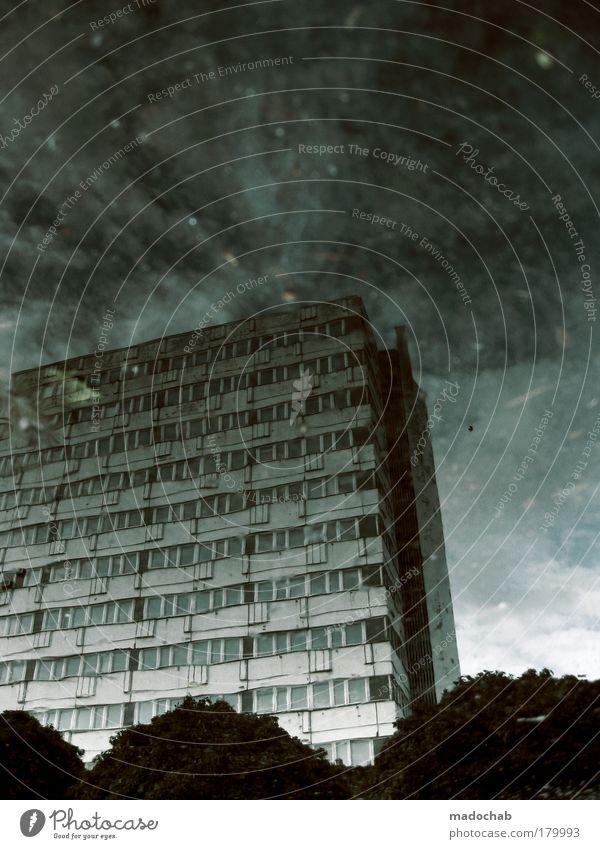 Es gibt Herbst, Baby Stadt Umwelt Gesetze und Verordnungen Architektur Gebäude Angst Kraft Hochhaus groß Coolness gefährlich Macht Bankgebäude Schutz Sturm
