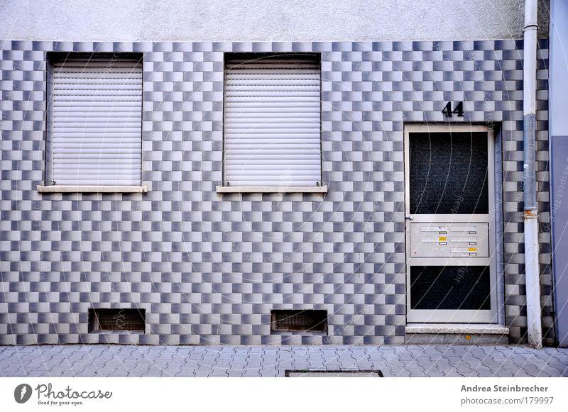 Fassadenmonotonie weiß Stadt blau Haus Einsamkeit Straße kalt Wand Fenster Stein Traurigkeit Mauer Gebäude braun warten Wohnung