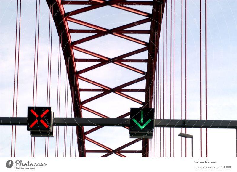 Brücke der Solidarität #3 Duisburg grüner Pfeil Verkersleitsystem