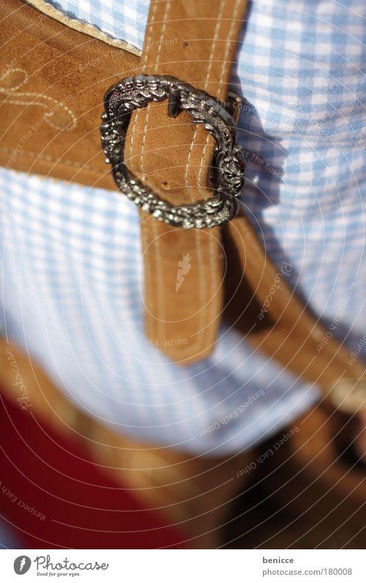 oans zwoa gsuffa Oktoberfest Lederhose Bayern München Mann Unschärfe Tracht Detailaufnahme Makroaufnahme Mensch Landwirt Deutschland Tradition Feste & Feiern