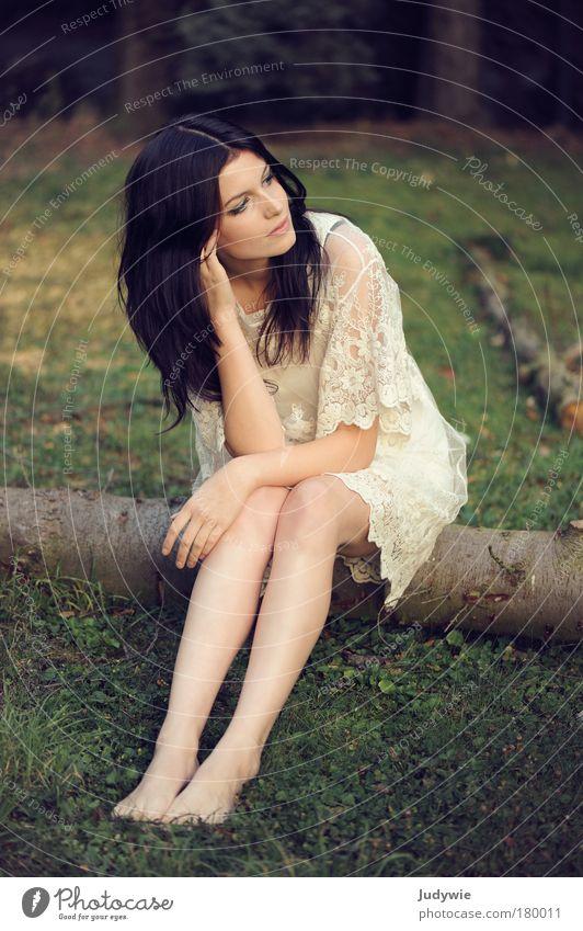 Rêvasser Natur Frau Jugendliche schön Baum Wald feminin Wiese Umwelt Gefühle Traurigkeit Mode elegant sitzen warten