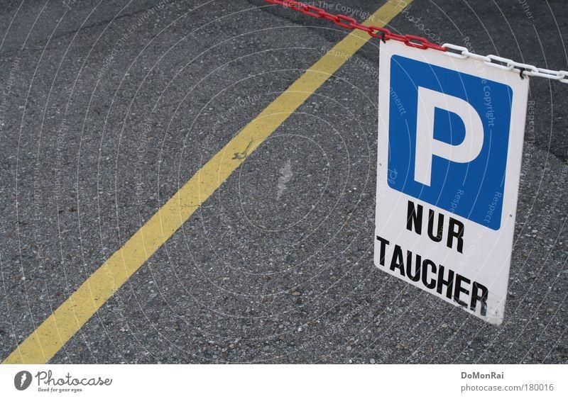 /P weiß blau gelb grau Schilder & Markierungen Schwimmen & Baden Schriftzeichen Asphalt tauchen Hinweisschild Kette hängen Parkplatz Straßenbelag Vorsicht