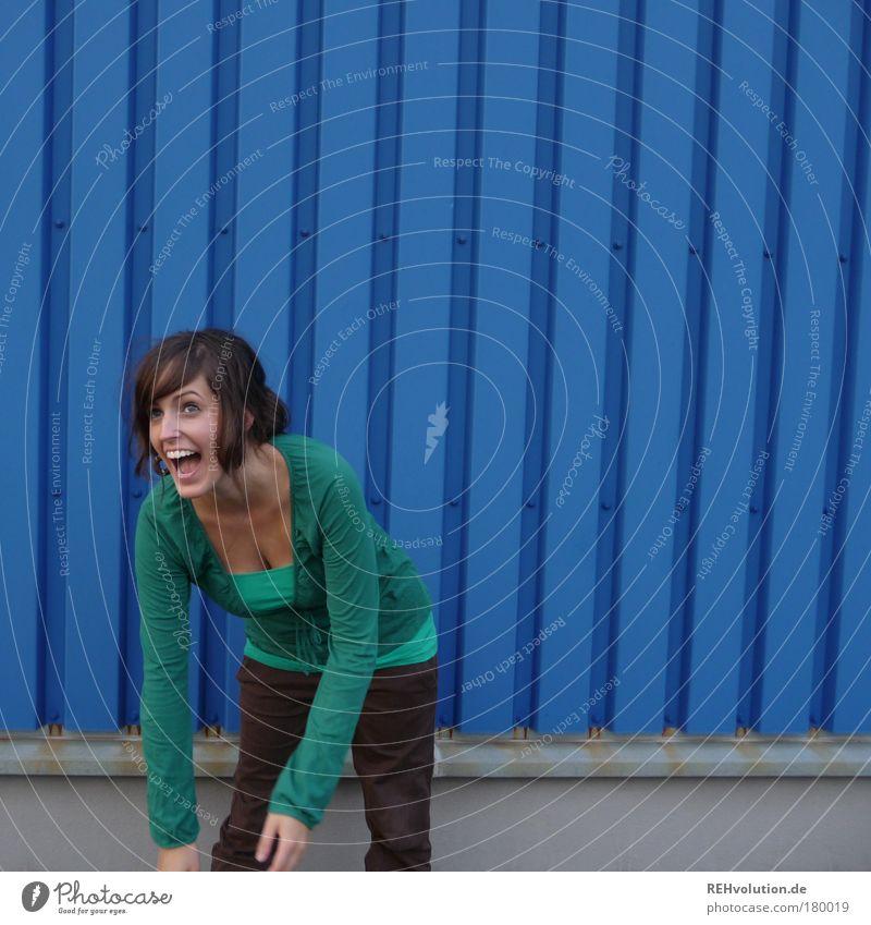 ich lach mich kaputt Farbfoto Außenaufnahme Muster Strukturen & Formen Textfreiraum rechts Textfreiraum oben Tag Totale Porträt Oberkörper Vorderansicht
