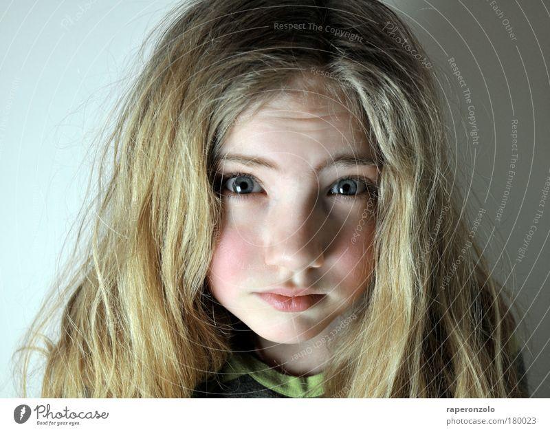 ich brauch ein iphone, mama Mensch Kind Mädchen Gesicht Haare & Frisuren Kindheit blond Porträt Gesichtsausdruck 1 langhaarig Studioaufnahme Treue Täuschung