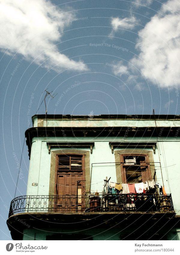 cuba alt blau Sommer Wolken Haus Fenster Fassade Balkon Wäsche trocknen Antenne