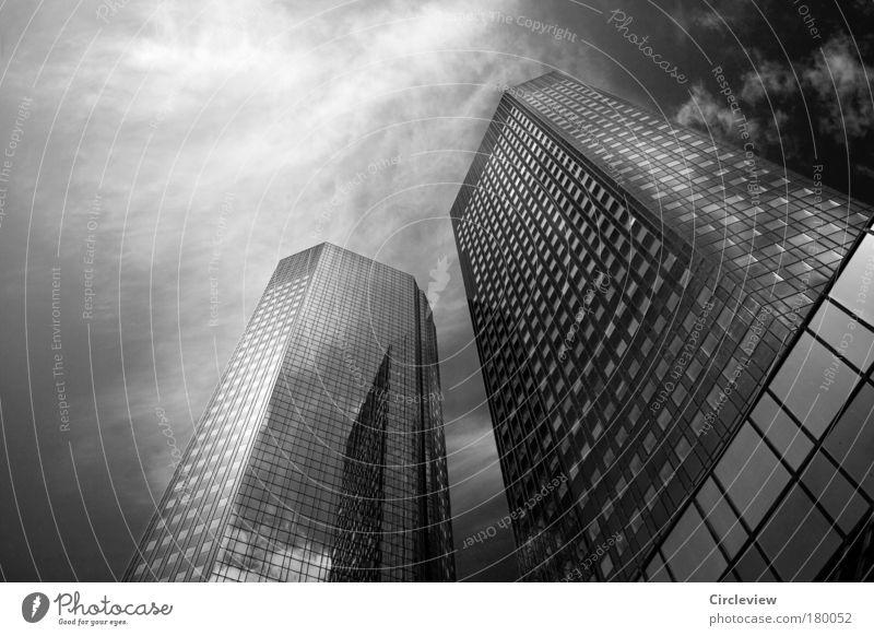 Schwarz und Weiß und Zwischengrau Himmel Stadt Wolken Architektur Gebäude Business Häusliches Leben Hochhaus Erfolg Glas Beton Zukunft Macht Geldinstitut