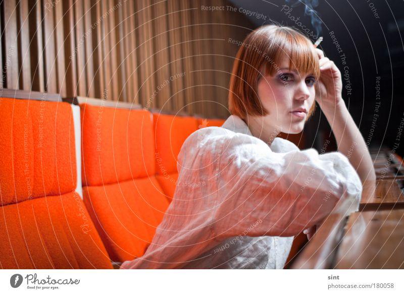pause Farbfoto Innenaufnahme Blitzlichtaufnahme Schwache Tiefenschärfe Totale Porträt Blick in die Kamera Rauchen Studium Hörsaal Mensch feminin Junge Frau
