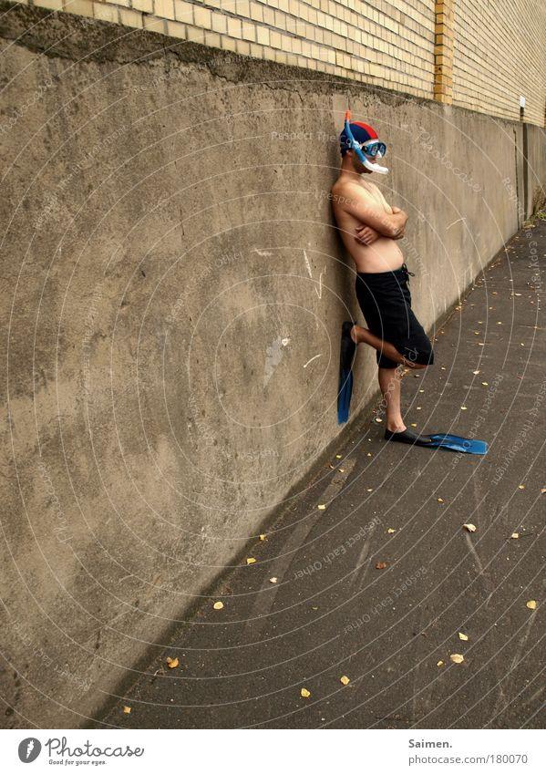 ich will den sommer behalten! Mensch Mann Freude Einsamkeit Erwachsene Wand Mauer Denken maskulin verrückt stehen Coolness Sehnsucht tauchen skurril Langeweile