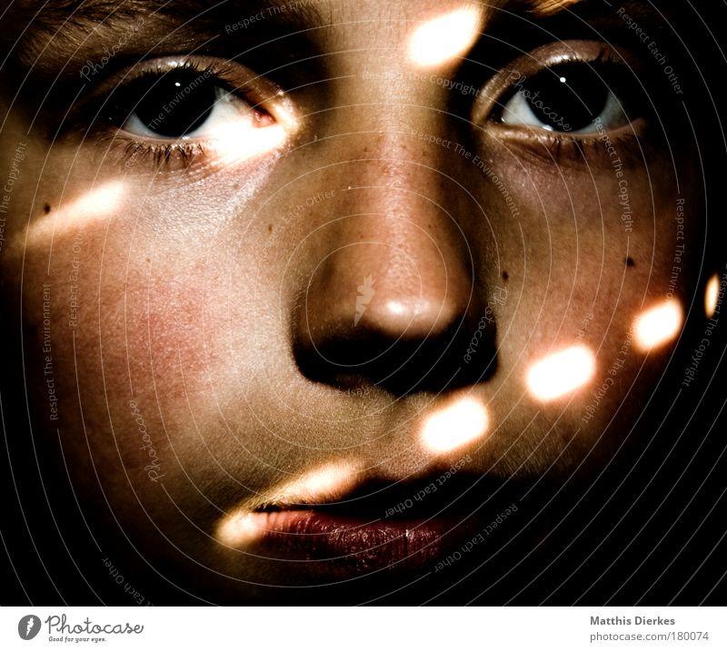 Out of the dark klein Porträt Erkenntnis rot zögern verwundbar Jalousie Sonnenstrahlen Glaube ruhig Lichteinfall grün gefangen Zerstörung Kind Junge Mensch