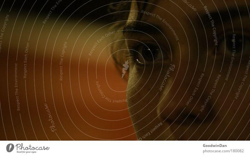00:43 Auge feminin Kopf authentisch Sehnsucht natürlich entdecken Wachsamkeit Sorge Anschnitt Junge Frau Reue Akzeptanz