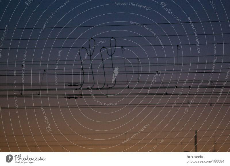 Bahn Stromleitungen vor dem Sonnenuntergang blau Ferien & Urlaub & Reisen gelb Ferne Gefühle Zufriedenheit Stimmung Verkehr Eisenbahn Vertrauen Kreativität Originalität Verkehrsmittel Bahnfahren Schienenverkehr