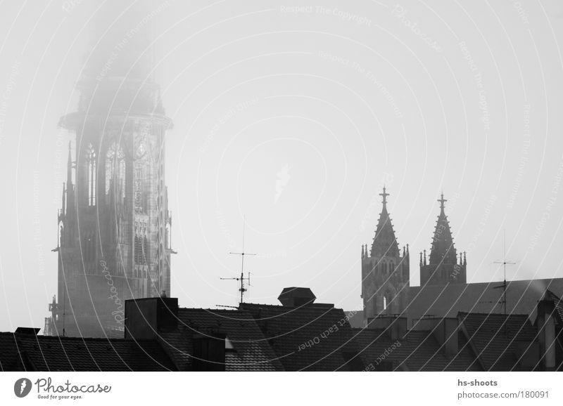 Freiburger Münster Schwarzweißfoto Abend Dämmerung Nacht Totale Blick nach unten schlechtes Wetter Nebel Freiburg im Breisgau Deutschland Stadt Kirche Dom Turm