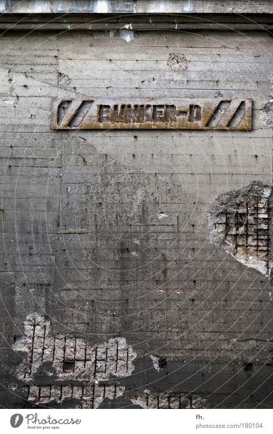/ / BUNKER-D / / Farbfoto Gedeckte Farben Außenaufnahme Detailaufnahme Strukturen & Formen Menschenleer Textfreiraum unten Abend Dämmerung Schatten Kontrast