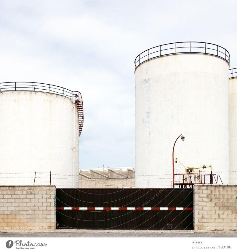 Tanklager kalt Wand Stein Mauer Metall Fassade Ordnung hoch Energie groß Energiewirtschaft Industrie Streifen retro Bauwerk