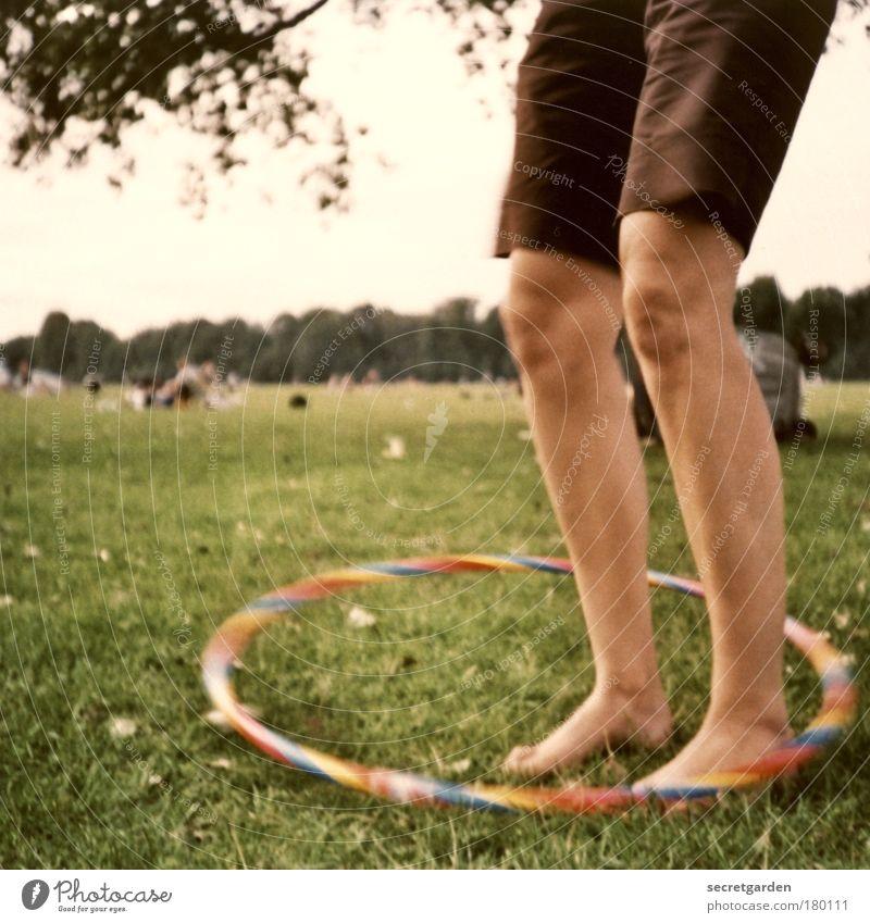 hula show mit dem knöchel! Jugendliche Himmel Baum grün Sommer Freude Wiese Spielen Gras Garten Fuß Park Beine Horizont Fröhlichkeit retro