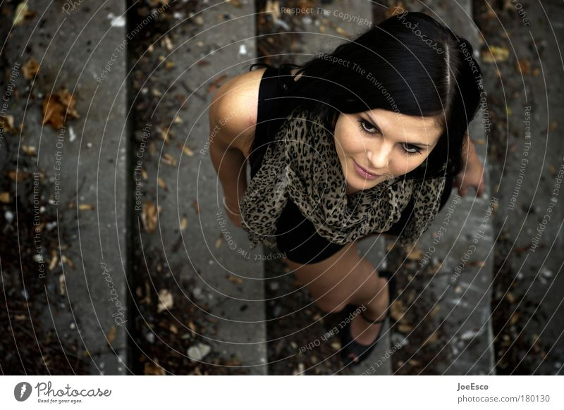 auf der mauer... Gedeckte Farben Lifestyle elegant Stil schön feminin Leben 1 Mensch 18-30 Jahre Jugendliche Erwachsene Mode Bekleidung Schal Stein stehen