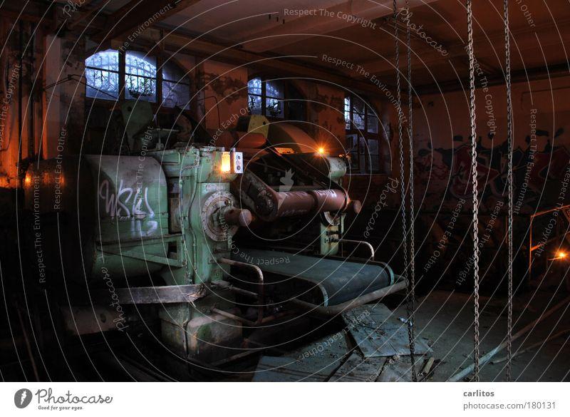 Zeitmaschine II Industrieanlage Angst gefährlich Endzeitstimmung Surrealismus Verfall Vergänglichkeit Licht Schatten Keller Kellerfenster Bogen Maschine grün