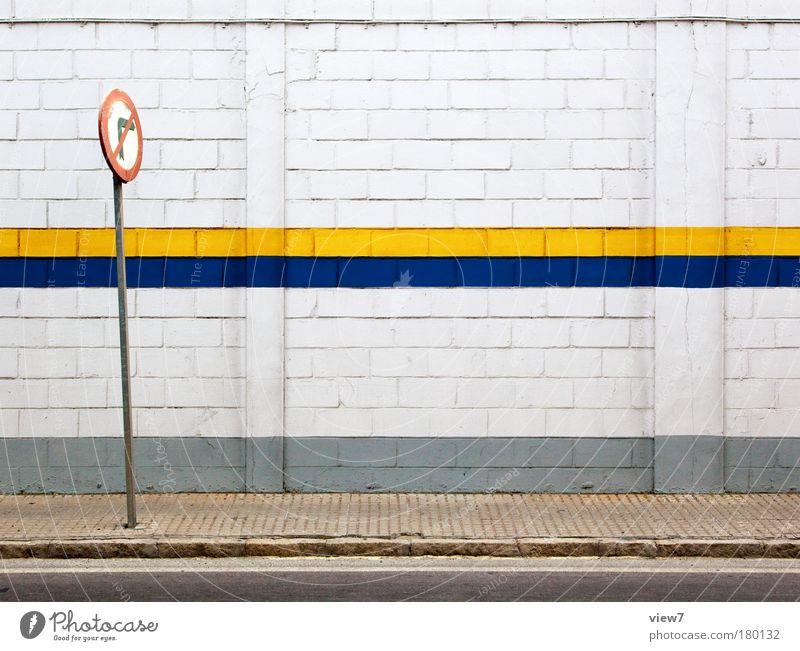 Bande alt blau Haus gelb Straße Wand Stein Mauer Wege & Pfade Linie Metall Design Schilder & Markierungen Verkehr Fassade trist
