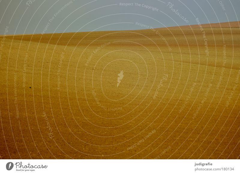 Acker Himmel ruhig Einsamkeit Wärme Zufriedenheit braun Feld gold Erde Boden Frieden natürlich Hügel Ackerbau gepflügt