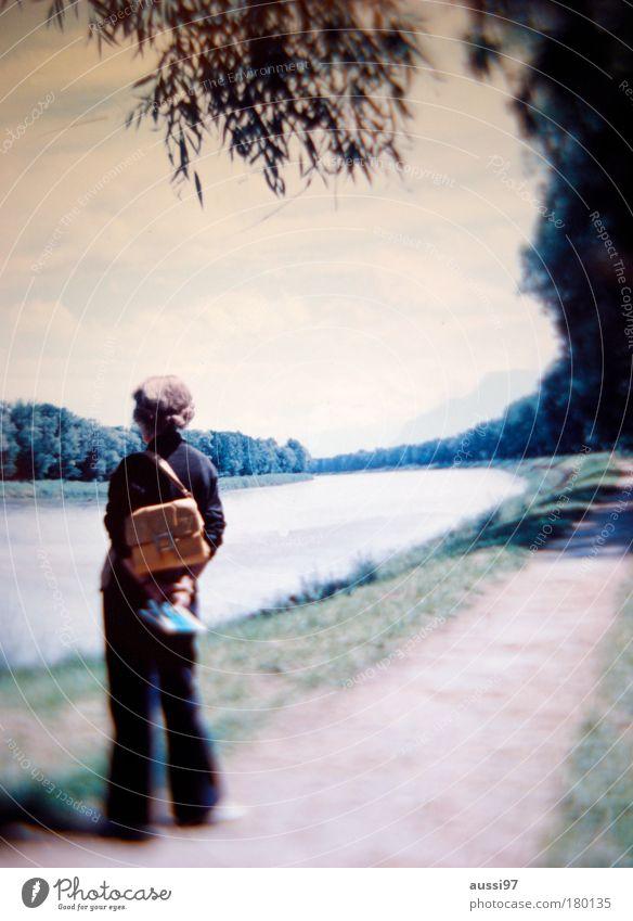 Bohemia Sightseeing Besichtigung Fluss Flußbett beobachten entdecken Dame Rucksack verträumt Unschärfe wandern Flussufer