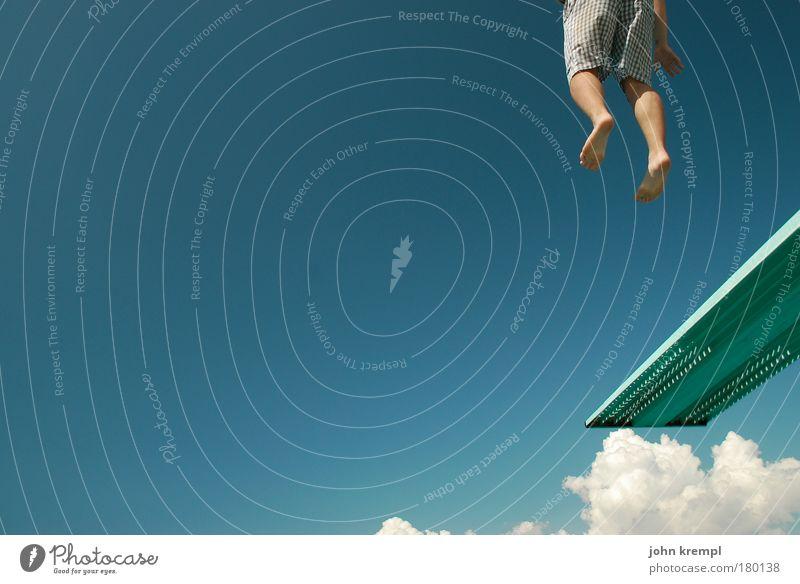saturn V Farbfoto Außenaufnahme Textfreiraum links Sommer Sommerurlaub Sonne Sonnenbad Strand Schwimmbad Beine 1 Mensch Himmel Spielen Sport sportlich blau