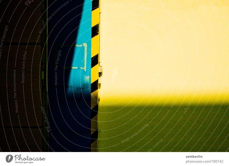 schwarzgelb Tor Tür Wand Ecke Am Rand Schilder & Markierungen Warnhinweis Warnung Signal Warnfarbe Einfahrt Ausfahrt Schatten dunkel Strukturen & Formen Ordnung