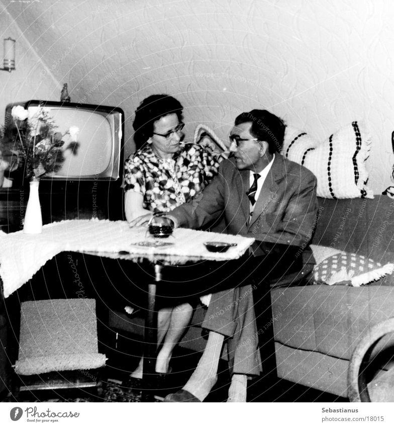 TV - mit Mann und Frau Fernseher Sofa Wohnzimmer Sechziger Jahre